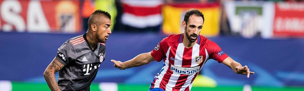 juanfran-of-atletico-madrid-battles-for-the-ball-with-arturo-vidal-of-picture-id612135492