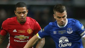 memphis-depay-of-manchester-united-in-action-with-seamus-coleman-of-picture-id585712474